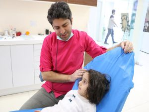 پوسیدگی بدون نشانه های ظاهری در کودکان؟ یکی از سوالات رایج شما والدین عزیز این است که: وقتی کودکم چیزی می خورد دندانش درد می کند